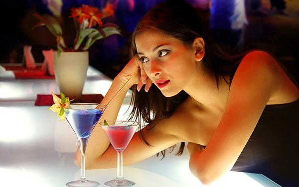 seduire une fille dans un bar