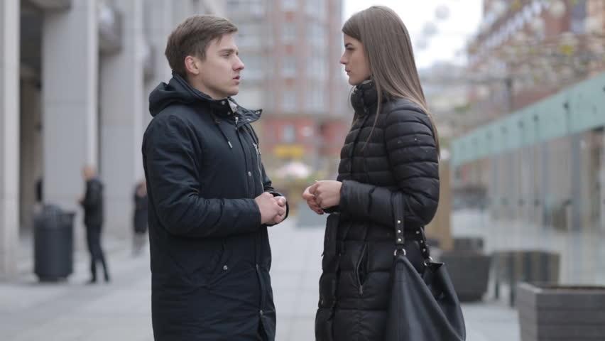 discuter avec une femme dans la rue
