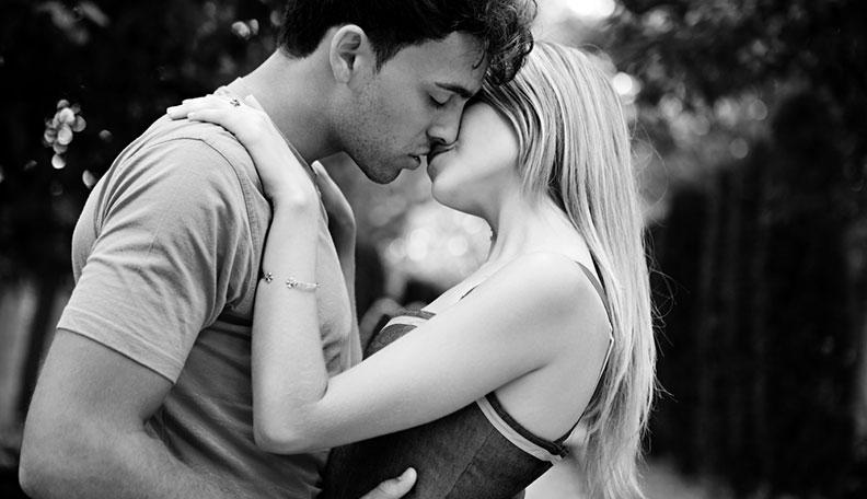 embrasser une femme pour la première fois